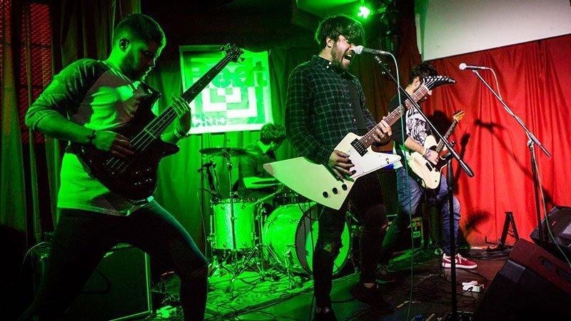Foto de los cuatro miembros de Ella La Rabia tocando en directo
