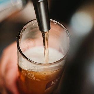 Imagen de concepto donde se ve un grifo de cerveza llenando un vaso