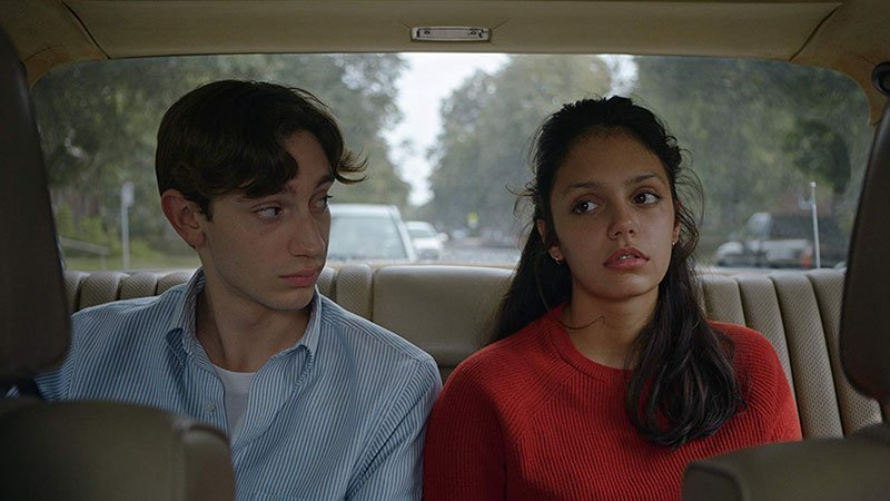 Fotograma de la película donde se ve a la pareja protagonista de una de las historias dentro de un coche, el chico mira a la chica con cara de desconcierto deseoso mientras ella mira al infinito con cara de aburrimiento
