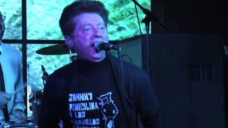 Foto de Johnny Penicilina en primer plano cantando en directo