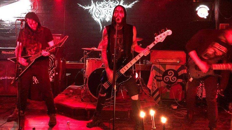 Foto de los miembros de Lóstregos tocando en directo