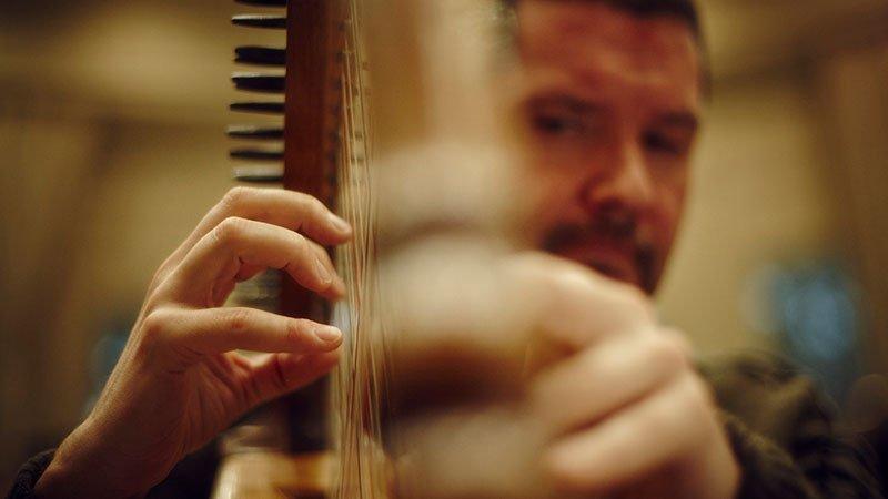 Foto de Manuel Vilas tocando su arpa