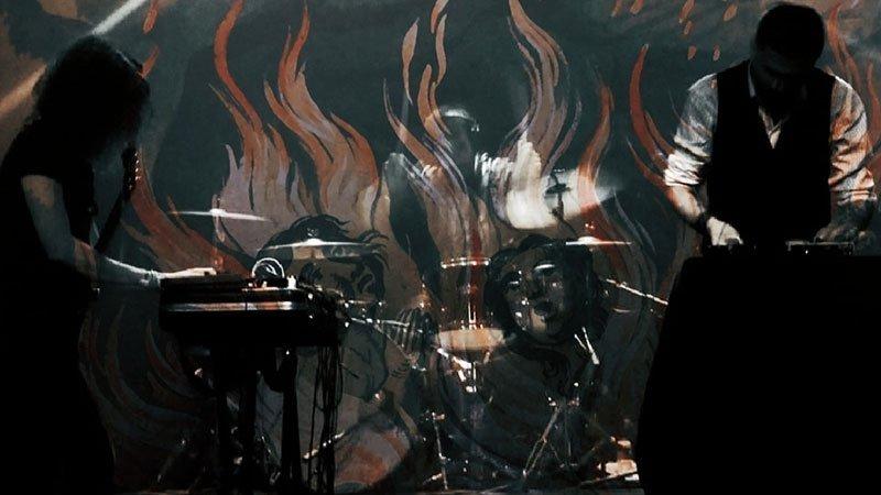 Foto de los dos integrantes de Me dicen que queme cosas tocando en directo