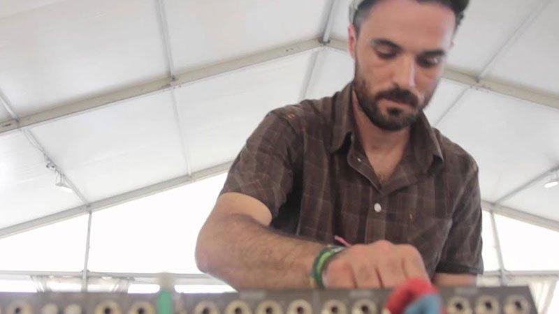 Foto de Roberto Sánchez manejando la mesa de mezclas en uno de sus directos