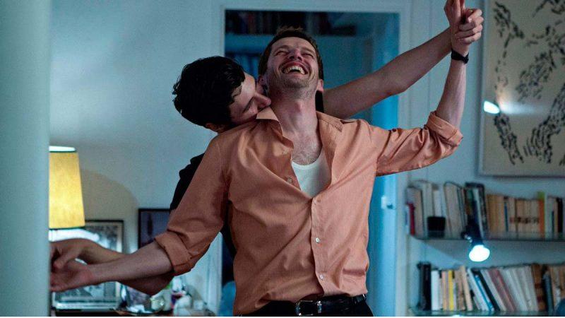 Fotograma de la película Vivir deprisa, amar despacio (Plaire, aimer et courir vite) en la que se ve a una pareja de chicos dándose cariño