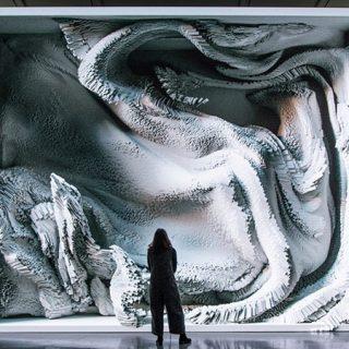 Foto de una persona ante la instalación de Refik Anadol, de 6 x 5 metros