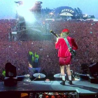 Fotograma del documental AC/DC Live at Donington donde se ve a Angus Young tocando para la gran masa de público