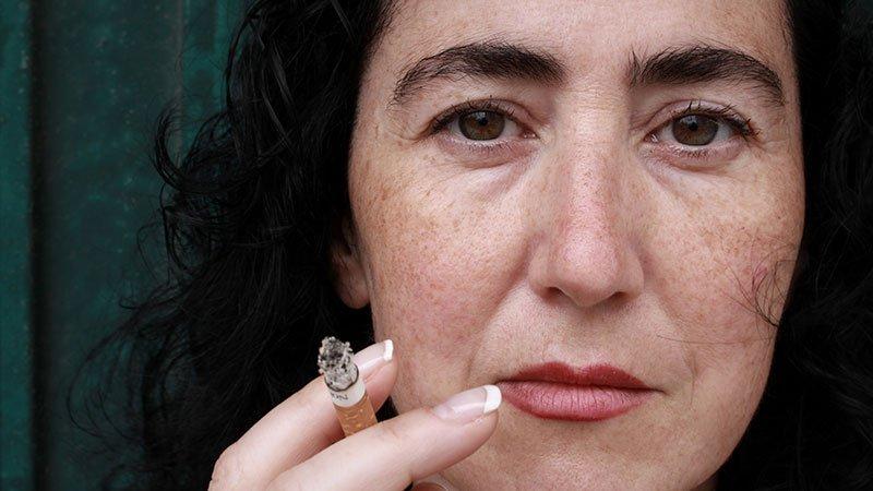 Foto primer plano de Ana Lamela con un cigarro entre sus dedos