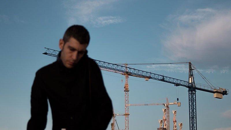 Pedro Rico, el humano tras el proyecto de Intelligent Techno Architectural, pinchando ante las torres de la Sagrada Familia