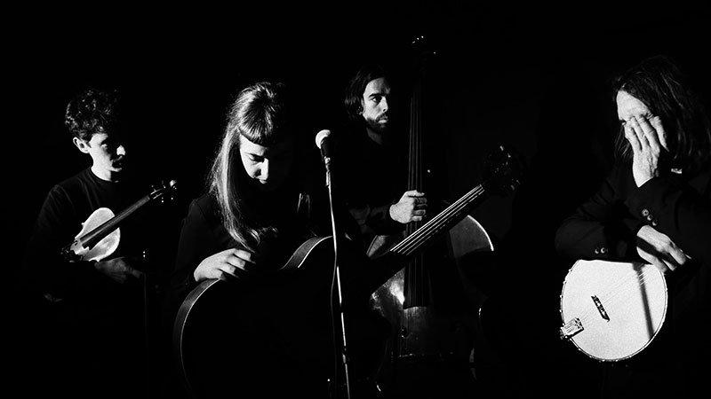Foto del los cuatro integrantes de Casa das Feras con sus instrumentos