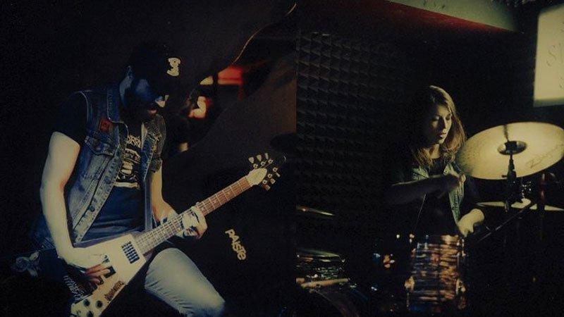 Foto de los dos miembros de Crema Witch tocando en directo
