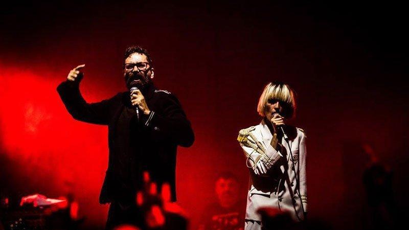 Foto de Cycle en directo en la que se ve al cantante Luke Donovan junto a Cintia Lund micro en mano dándolo todo