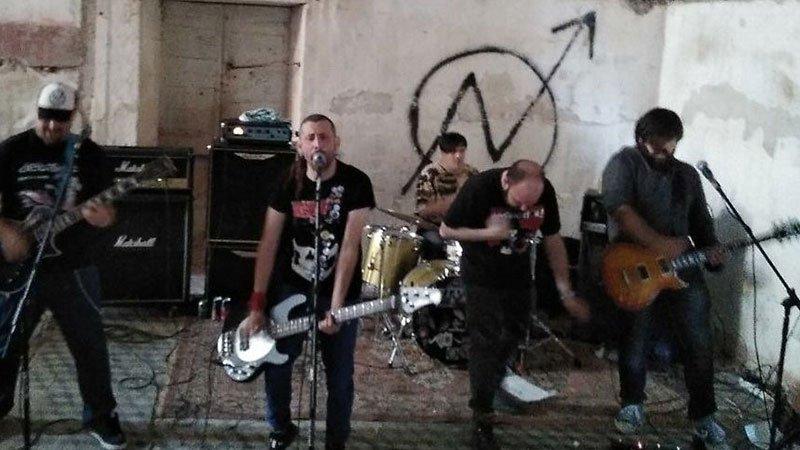 Foto de Debakle tocando en directo en un callejón