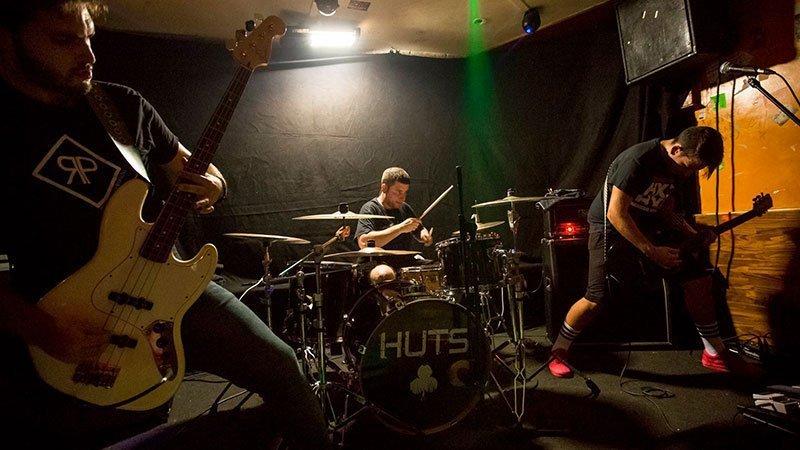 Foto de la banda Huts tocando en directo