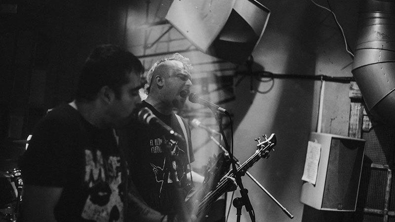 Foto de dos de los integrantes de Infeccion tocando en directo.
