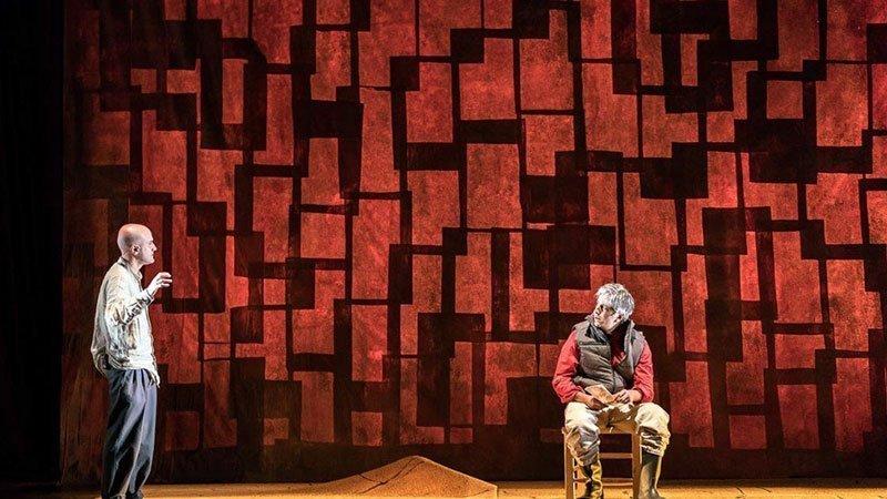 Imagen de una escena de la obra teatral La zanja donde se ve a sus dos protagonistas hablando en el escenario