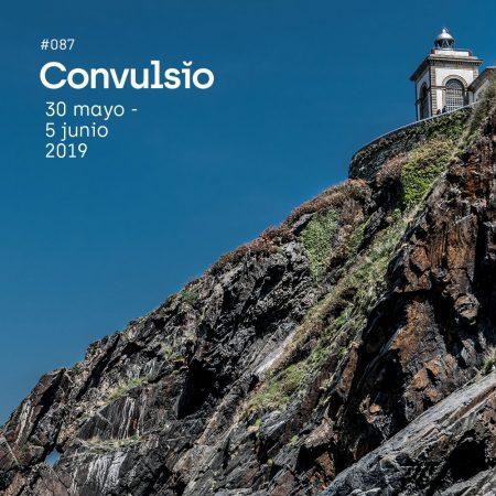 Contraportada con foto de un acantilado desde abajo, donde se ve el cielo azul intenso, el acantilado cortando el encuadre en diagonal y un faro en la parte alta
