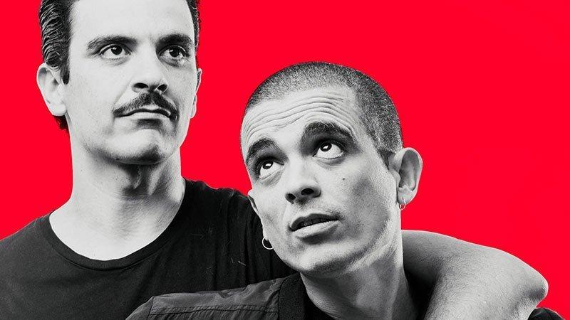 Los dos componentes fijos del grupo Los Ganglios en una imagen promocional con fondo rojo salvatella