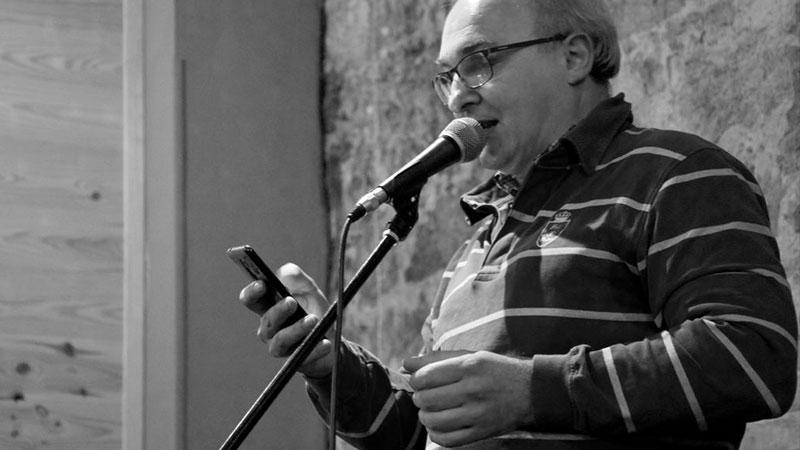 Foto de Mariano J. Sánchez recitando en directo