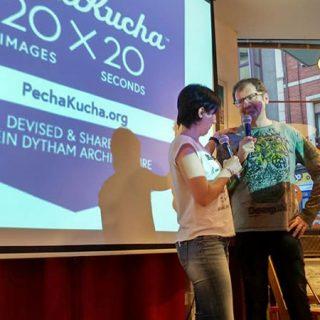 Foto de la presentación de una charla en el capítulo gijonés de PechaKucha Night.