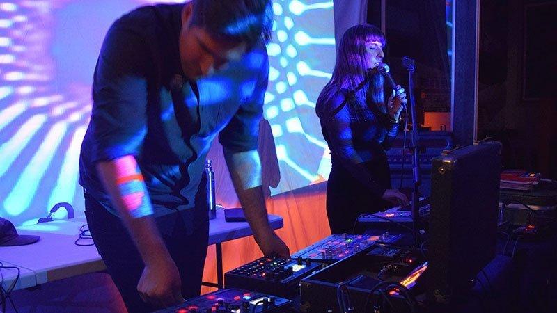 Los dos miembros de Plattenbau en directo, manejando sintetizadores y cantando