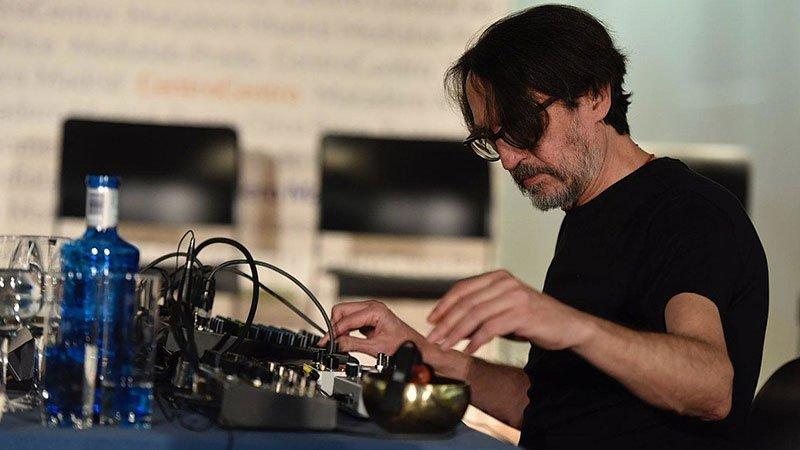 Foto de Suso Sáiz en manejando la mesa de mezclas en directo
