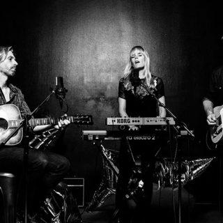 Foto de los 3 miembros de The Essex Green tocando en directo