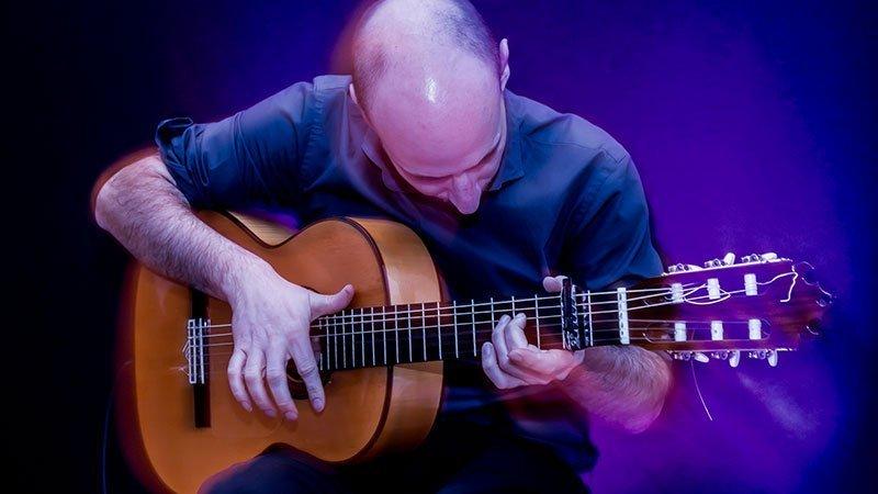 Foto de Craig Sutton tocando la guitarra en directo, donde se ve la energía y pasión que le aplica