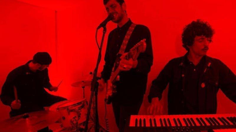 Los tres miembros de The Leviatants tocando en directo con cara de enchote/esfuerzo