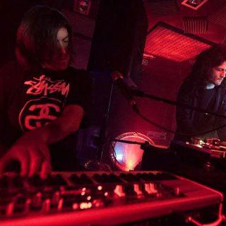 Foto de los dos miembros de Yamaralazu tocando en directo