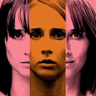 """Detalle del cartel de la película """"Ana de día"""", donde se ve la cara de la protagonista dividida verticalmente en tres partes, mostrando distintas fotos de una visión frontal de su cara mirando a cámara"""