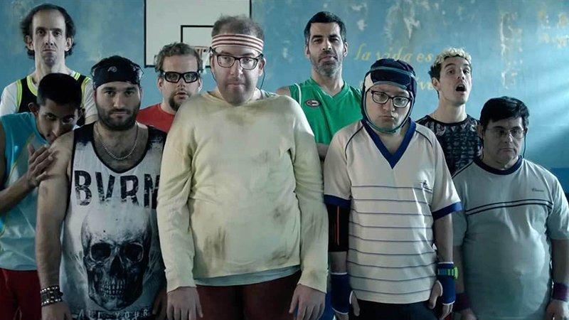 Fotograma de la película Campeones en la que se ve a sus protagonistas en formación de equipo con gesto serio preparados para el reto