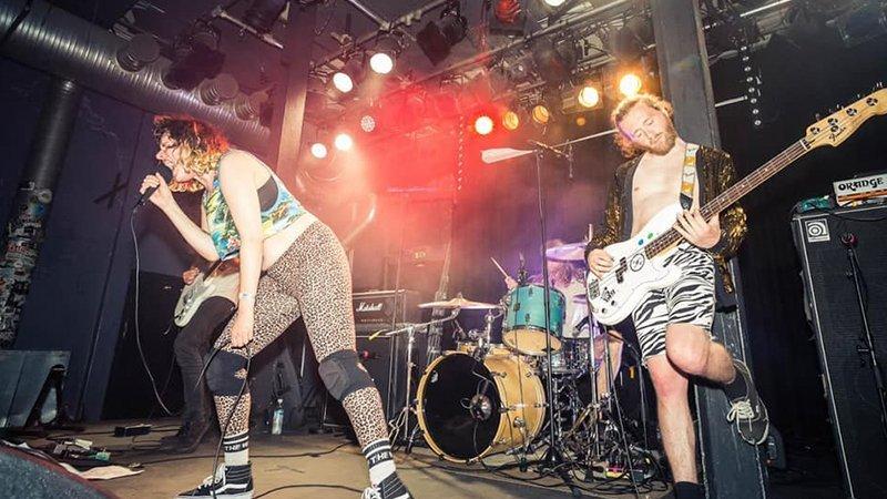 La banda belga Cocaine Piss tocando en directo