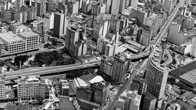 Detalle del cartel de la película consistente en una fotografía aérea en blanco y negro de la ciudad de Sao Paulo donde puede verse Minhocao en el centro
