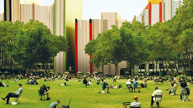 Detalle de la portada del documental Ex Libris donde puede verse una imagen de Central Park con mucha gente sentada en sillas leyendo y un skyline de libros de fondo