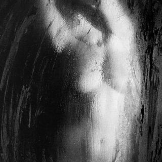 Detalle de una de las fotografías de la serie Apparitions en la que se puede ver un cuerpo desnudo de mujer reflejado en un espejo empañado