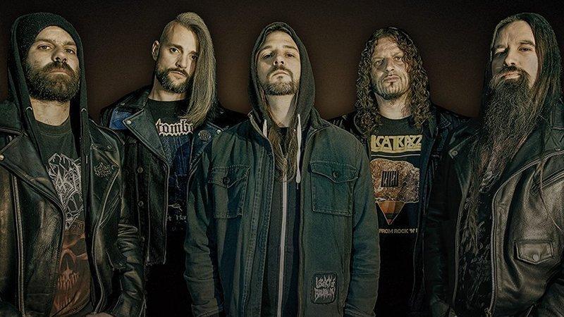 Foto promocional de la banda Legacy of Brutality en la que se ve a sus 5 miembros posando con cara de pocos amigos