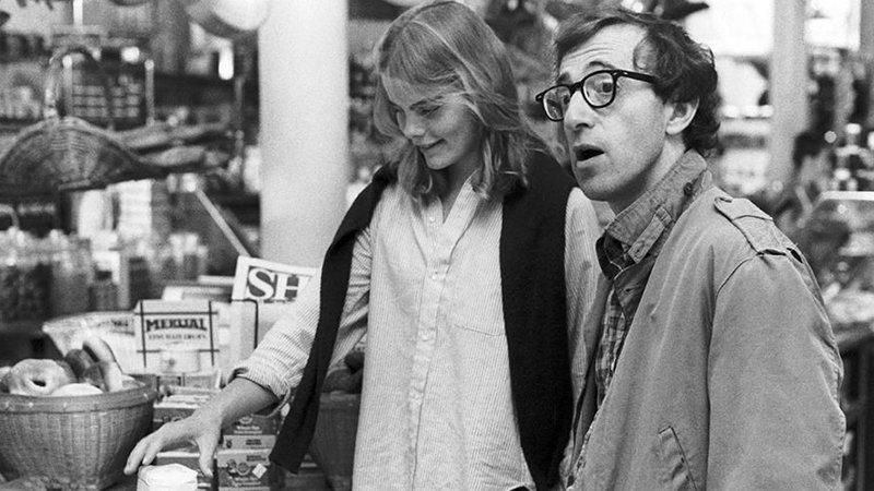 Fotograma de la película Manhattan en el que se ve a Woody Allen junto a Mariel Hemingway en una tienda