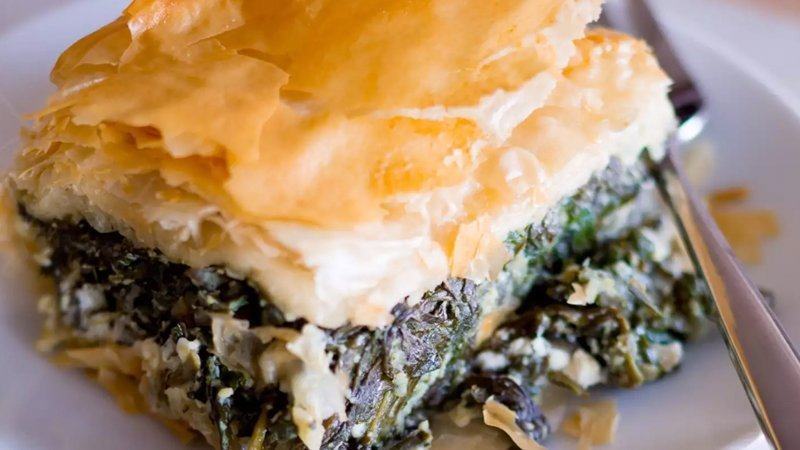 Foto de una ración de Spanakopita, una especie de empanada de hojaldre rellena de espinacas y queso feta