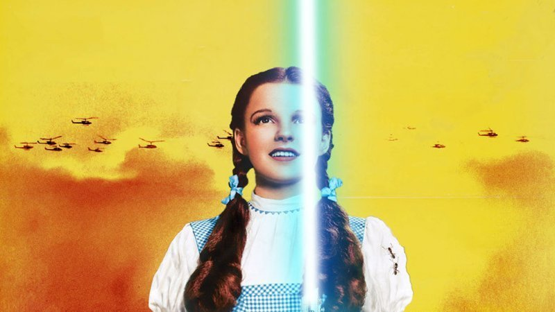 """Detalle de la portada del libro """"Un piano suena mejor cuando se ha tocado"""" en el que se ve a Dorothy, el personaje protagonista de El Mago de Oz, con una espada laser en la mano y los helicópteros de la película Platoon de fondo"""