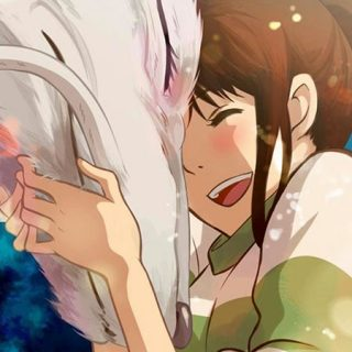 Fotograma de esta clásica película japonesa en el que se ve a la personaje principal abrazando a su dragón , ambos con gesto de felicidad y amor