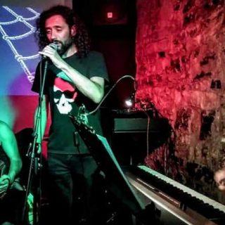 Foto de los tres componentes de Loca Bohemia tocan en directo en La Caja de Músicos