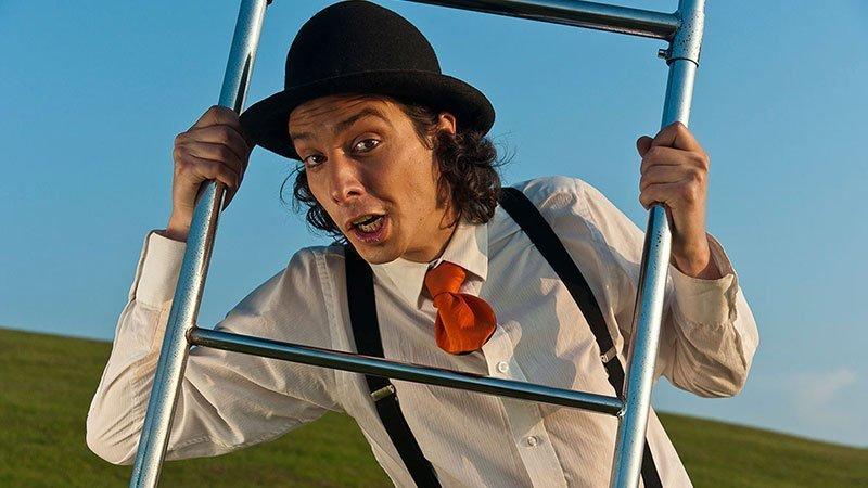 Foto de Pablo Picallo sosteniendo una escalera que utiliza en su espectáculo