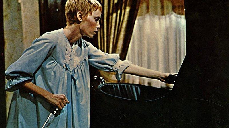 Fotograma de la película Rosemary´s Baby en la que se ve a la protagonista, Mia Farrow, en camisón, descubriendo la cuna con un cuchillo en la mano