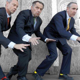 Foto de los tres integranets de The Primitives en el espectáculo Three of a kind