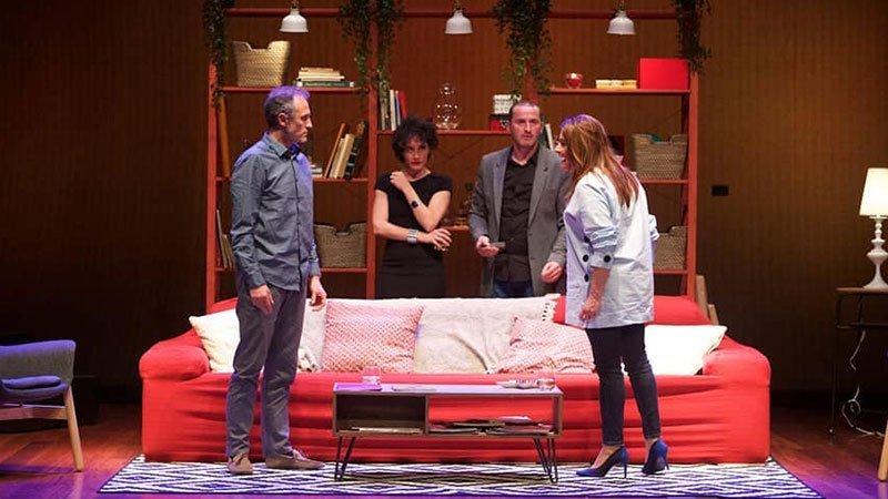 Foto de una escena de la obra Una pareja en la que se ve a la pareja discutiendo ante otra pareja de amigos