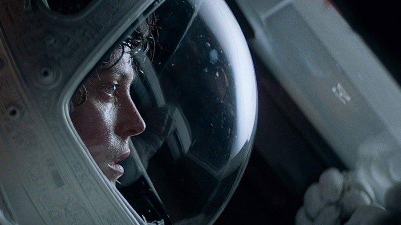 Fotograma de Alien en el que se ve a Sigourney Weaver con el casco de astronauta mirando asombrada a través de un cristal de la nave