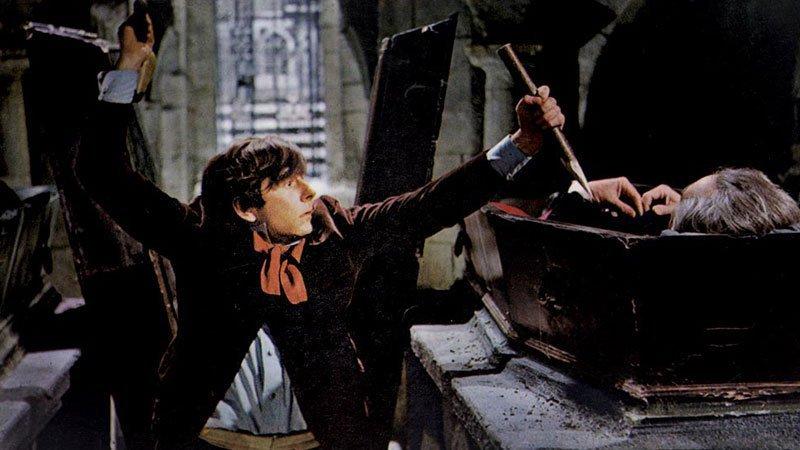 Fotograma de la película Dance of the vampires en el que se ve a uno de los protagonistas a punto de clavar una estaca a un vampiro que descansa en su ataud