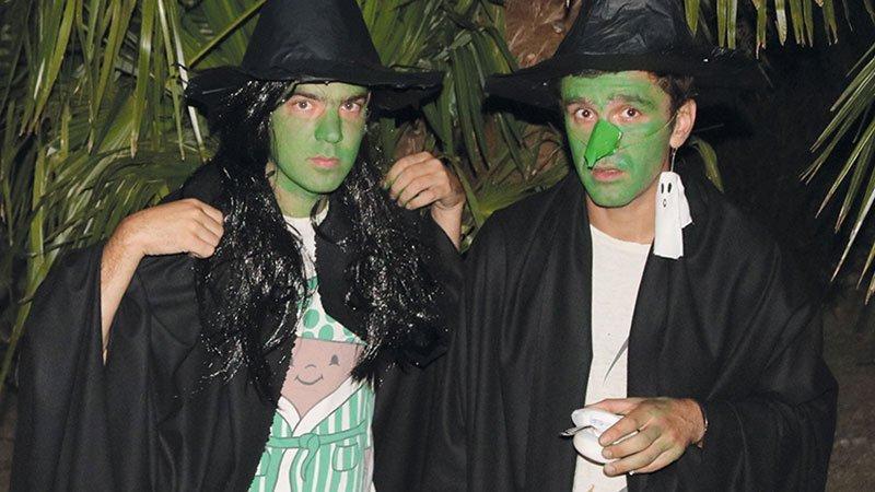 Foto de los dos miembros de Deux Boules Vanille con la cara pintada de verde, sombrero de pico tipo bruja y túnicas negras sobre sus camisetas estampadas