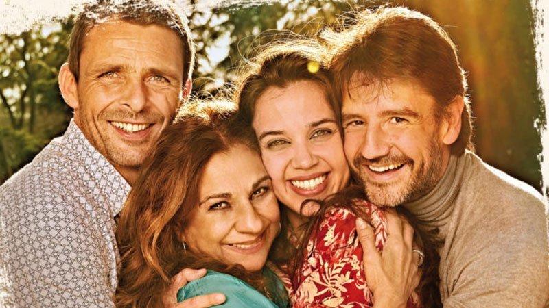 """Foto promocional de los cuatro actores protagonistas de la obra teatral """"La fuerza del cariño"""", adaptación de la película por Magüi Mira"""